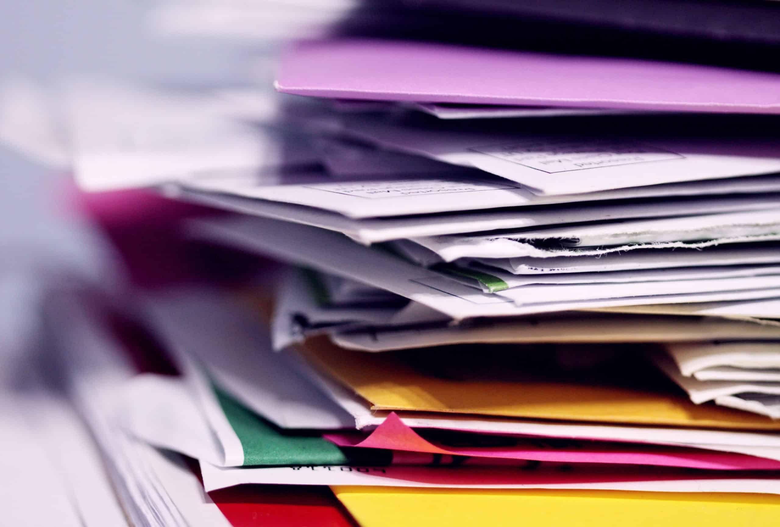 Iso pino papereita työpöydällä.